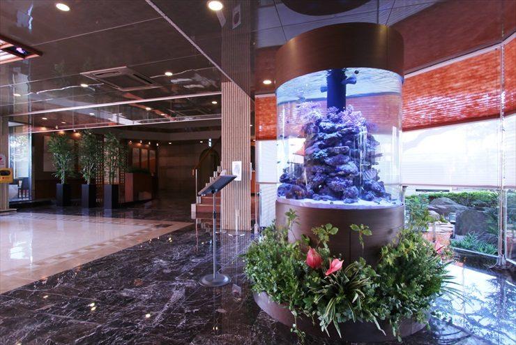 神奈川県 藤沢市 オフィスのエントランス 大型円柱水槽設置事例