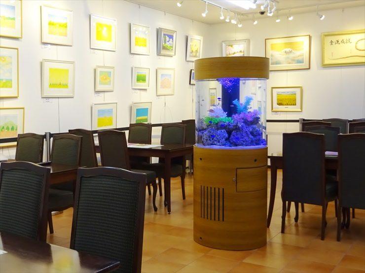 オフィスの待合室 海水円柱水槽 設置事例 水槽画像1