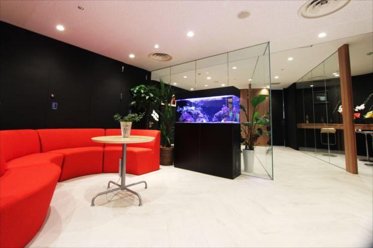 千代田区 オフィスのエントランスに設置 120cm海水魚水槽 メイン画像
