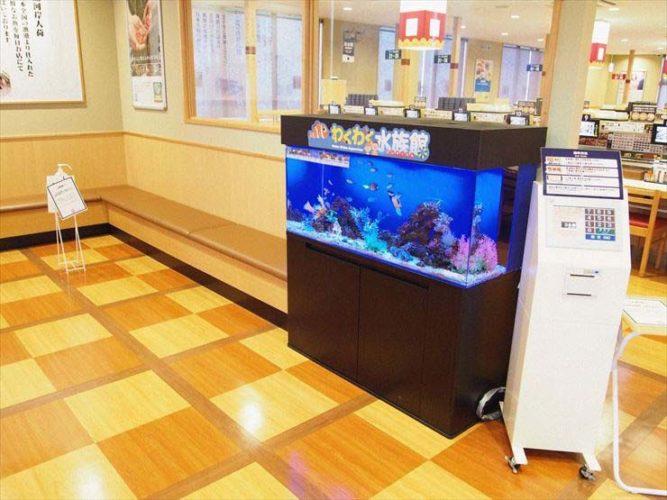 飲食店の待合室 カラフルな120cm海水魚水槽 設置事例 メイン画像