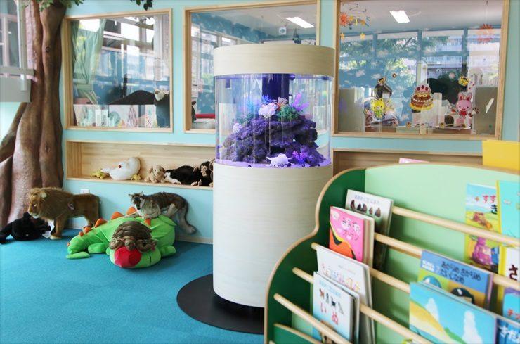 情操教育に最適!保育園に大型円柱水槽を設置しました 水槽リース事例 水槽画像3