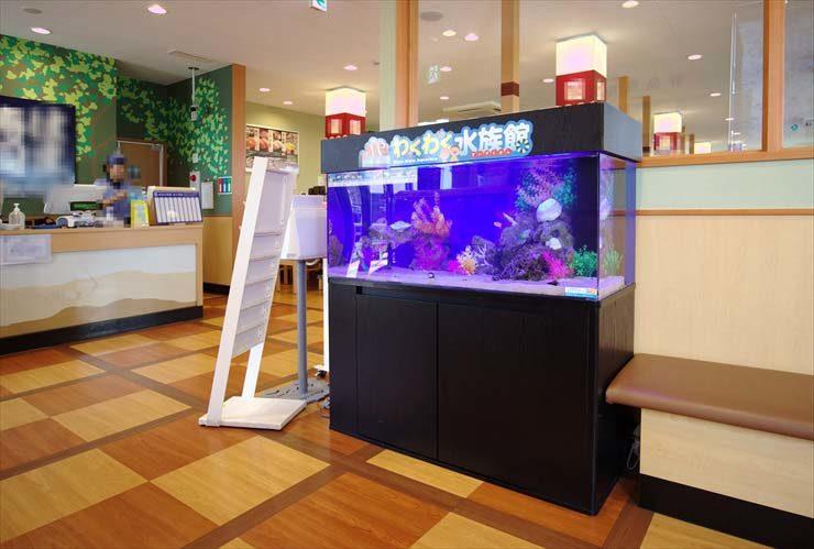 回転寿司店の待合スペースに設置 わくわく水族館(120cm海水水槽)の事例 メイン画像