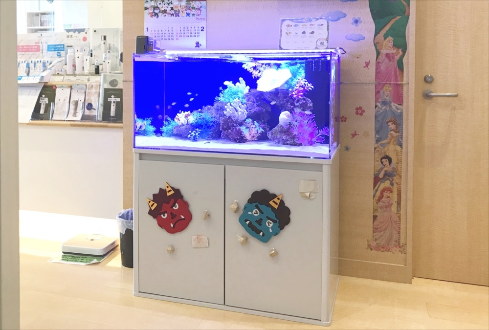 皮フ科クリニックの待合室 90cm海水魚水槽 水槽レンタル事例 メイン画像