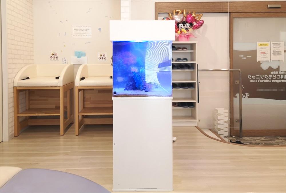二俣川こどもクリニックの待合室 90cm海水魚水槽 横画像