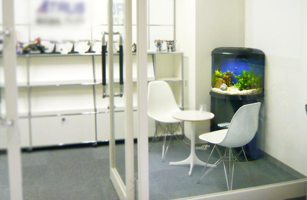 オフィスのエントランスに半円形水槽を設置!水槽レンタル事例 メイン画像